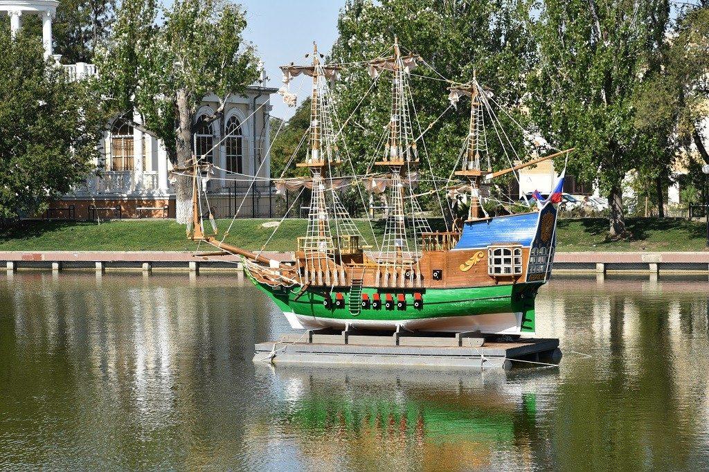 В Астрахани появился памятник первому российскому военному кораблю