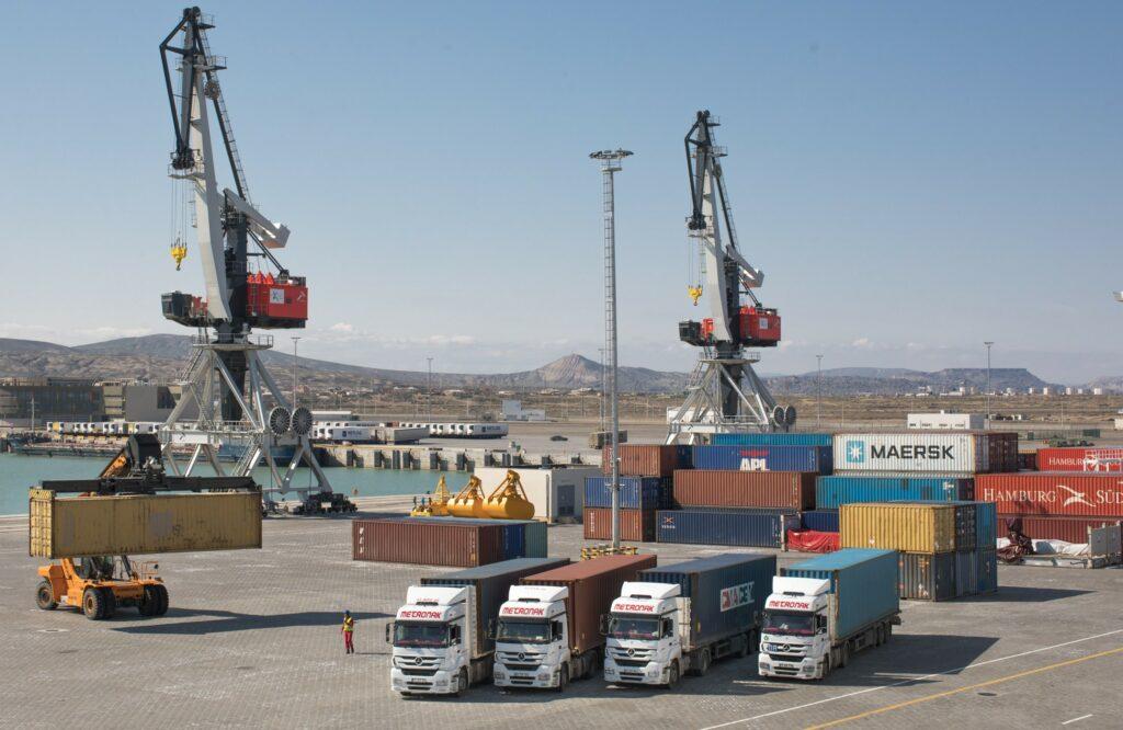 В Бакинском порту возросла перевалка крупнотоннажных транспортных средств