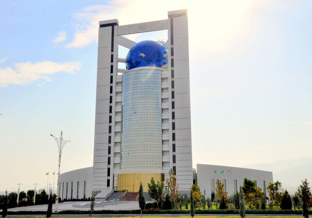 Глава МИД Туркмении обсудил развитие транспортного сотрудничества с соседними странами