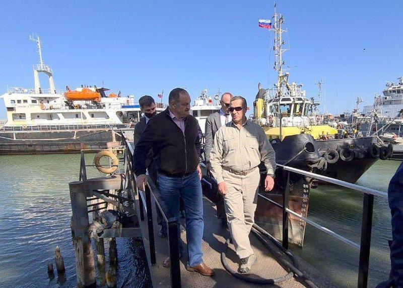 Юрий Трутнев и Сергей Меликов ознакомились с перспективами развития порта Махачкала