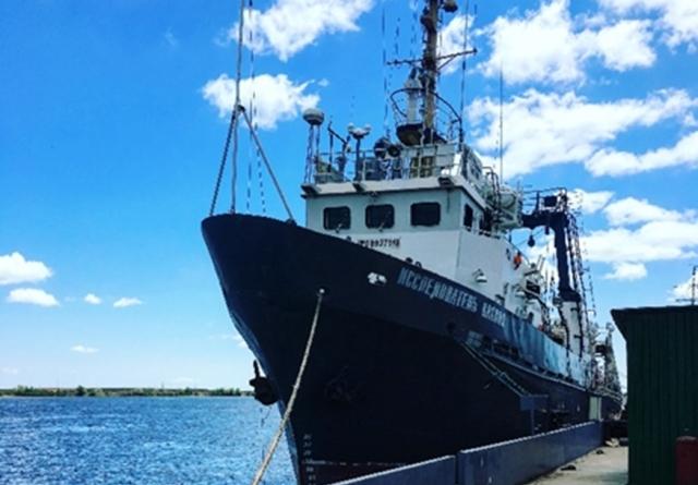 Судно КаспНИРХ выходит в научно-исследовательскую экспедицию для изучения осетровых рыб