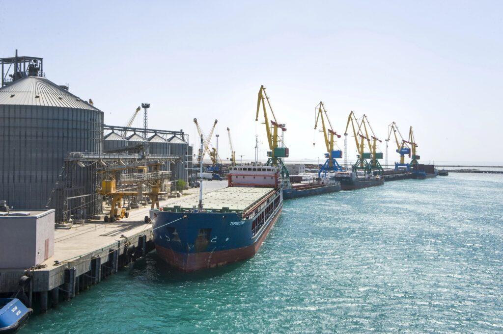 Президент Казахстана намерен создать Контейнерный хаб в порту Актау